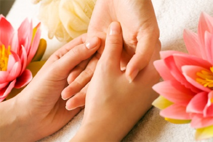 It's Valentine's Day: tips for a perfect hand massage! Valentine-hand-massage